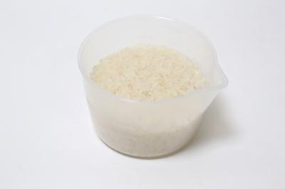 キャップは計量カップとして使える(普通米、無洗米の1カップ分のラインがある)。250mlまでの液体も計れる
