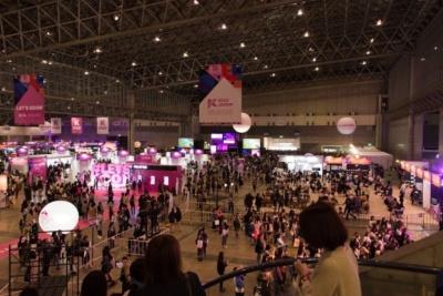 幕張メッセで開催されたKCONジャパンの様子。取材日は金曜日だったが、それでも大変な賑わい。10代、20代の女性が多い