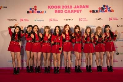 日本の女性に人気があるのはボーイズグループだけではない。ガールズグループも人気。写真は韓国出身の10人、中国出身の3人で構成された13人組の女性アイドルグループ・宇宙少女