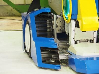 ロボットモードの「J-deite RIDE」は二足歩行だけでなく、足首部分のタイヤを使って立ったままでの走行もできる設計になっている