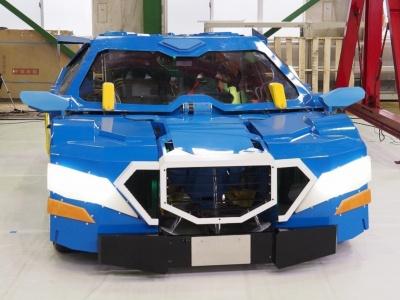 ビークルモード(クルマ形態)は、正面から見ると、パワフルなハイパフォーマンスカーを思わせる