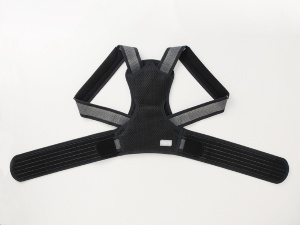 "「<a href=""http://www.nakayama-shiki.net/item_detail/itemCode,372026/"" target=""_blank"">マジコ姿勢サポーター</a>」6000円。ダブルクロス構造のベルトが上体を起こして姿勢を保ち、背中部分にあるパッドが背骨を支えて背筋を伸ばすようにサポートする。腰部についている補助ベルトで好みの補正力に調整できる。メッシュ生地でオールシーズン使用可能"