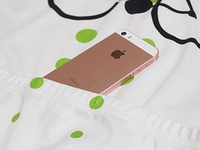 iPhone SEのサイズ・重量は幅58.6×厚さ7.6×高さ123.8mm・113g。スポーツ時にかさばらないのがうれしいところだ