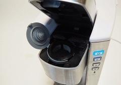 本体上部のふたを開き、コーヒー粉や茶葉を入れたフィルターカップをセットして使用する
