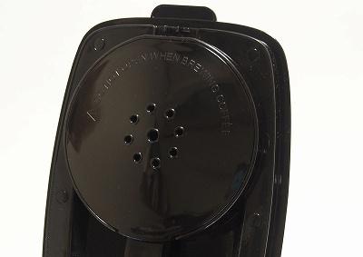 タンクの水はふた部分にある9つの穴からドリッパーに注がれる