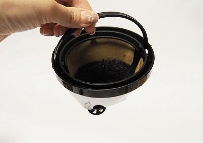 使用後は金属フィルターとサーバーを洗浄する。金属フィルターをカバーするフィルターホルダーごと移動させられるため、コーヒーが床などに垂れず移動しやすい