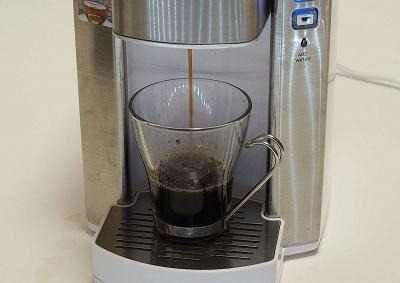 抽出はコーヒーもお茶も1杯ずつ。カップに直接コーヒーを入れる