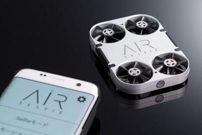 モノとしての魅力が高い自撮りドローン「AirSelfie」(右奥)。AirSelfieを収納・充電するケース「パワーバンク」とのセットが3万2818円(税込み)と、価格もまずまずだ