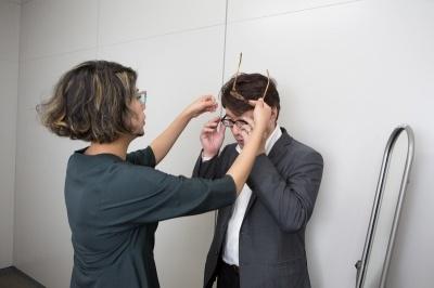 眼鏡スタイリストの藤 裕美(とう ひろみ)氏のスタイリングに日経トレンディネット吾妻拓編集長が挑戦。通常、藤氏はその人の性格や職業、服装の傾向などを十分聞き取ったうえでスタイリングを行うが、今回はその短縮版として眼鏡で顔が変わることを体験