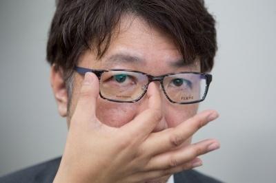 目の位置はレンズの横幅の真ん中に黒目が来るのが基本(写真はイメージ)。眼鏡はFLEYE 「Holme-A col.149」(問い合わせ先:フライ ジャパン)