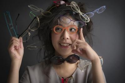 """眼鏡スタイリストの藤 裕美(とう ひろみ)氏は1977年福岡県生まれ。10年間、眼鏡屋で働きながら彫金技術を学んだ後、24歳で店長としてショップを運営。2007年にドイツへ渡り、眼鏡ブランド「FROST」に勤務。帰国後、2009年から眼鏡スタイリストとして活動を開始。著書は『めがねを買いに』(WAVE出版)、『あなたの眼鏡はここが間違っている』(講談社)。公式ウェブサイト「眼鏡予報」(<a href=""""http://glasses-o-o-brille.com/"""" target=""""_blank"""">http://glasses-o-o-brille.com/</a>)(photo by KEITA HAGINIWA)"""