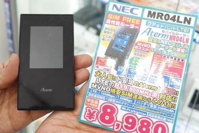 モバイルWi-Fiルーターの中古品で売れ筋なのが、NECプラットフォームズの「Aterm MR04LN」だ。SIMフリーであることに加え、SIMカードの2枚挿しに対応するのがポイント。イオシスでは、リース上がりの中古品を8980円(税込み)で販売していた