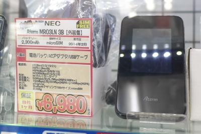 ひと世代古い「Aterm MR03LN」は中古品が6980円とさらに手ごろだが、APN設定は手作業で入力しなければならないのが面倒だ。SIMカードの2枚挿しには対応しないのも欠点といえる