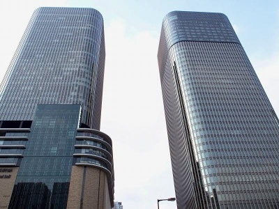 日本で2軒目のコンラッド大阪は4月に街開きした「中之島フェスティバルタ ワー・ウエスト」(写真右)の33~40階に開業。地下鉄四つ橋線肥後橋駅に直結し、アクセスは抜群。次世代型のスマート・ラグジュアリー・トラベラーをターゲットとしている