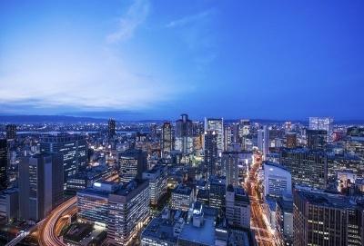 「Your address in the sky」のコンセプト通り、地上200メートルの高さから望む絶景がコンラッド大阪の魅力。ふたつの川が流れる市内の水景や大阪平野を取り囲む山並み、神戸へと続く大阪湾など超高層階ならではのパノラマビューを全室から望める