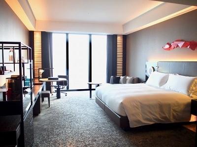 スタンダードタイプのデラックスルームでも50平米以上と客室の広さは市内随一。全室禁煙なのも特徴。インテリアはスタイリッシュななかにも和のテイストと温かなタッチを取り入れたデザインを採用