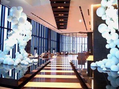館内のいたるところに新進気鋭作家の作品が展示されている。40階ロビーで圧倒的な存在感を放つのは、彫刻家・名和晃平氏の作品「Fu/Rai」。風神雷神像をモチーフとし、大小のマイクロビーズの球体で作られている