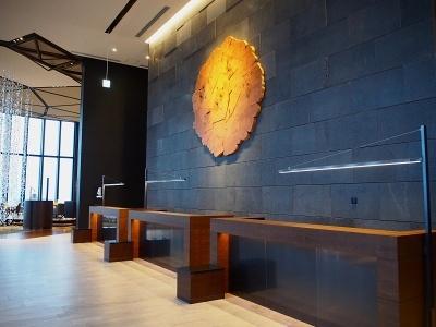40階ロビーに展示されたカナダの芸術家、ブレント・コマー氏の作品「Vein」。作品名の通り、水脈を木で表現している