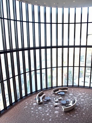 40階から見たロビーの吹き抜け空間。ガラス窓からは眼下に広がる大阪の街並みが一望できる