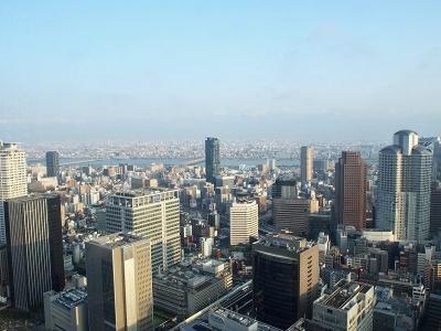 北側の客室やレストランからは、外国人に人気の梅田スカイビルや淀川、梅田のビル群などが見える