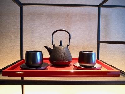 客室には南部鉄器の茶瓶セットなど日本のおもてなし文化やものづくりにさりげなく触れられる工夫がされている