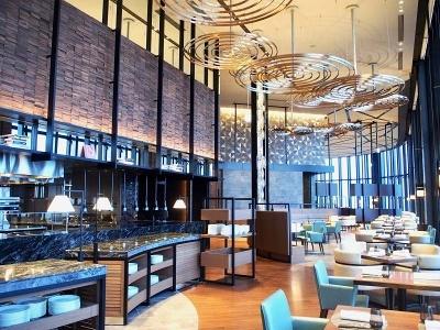 朝食とランチ、ディナーはオールデーダイニングの「アトモス・ダイニング」で。ビュッフェスタイルで全90席。地元大阪の食材と、世界各国の料理やフルーツ、スムージーなどが味わえる