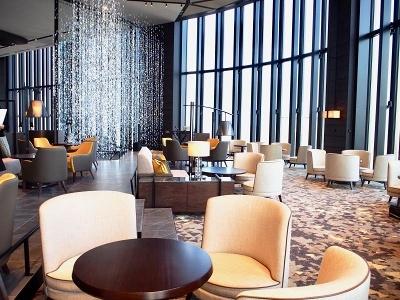 ホテルロビーの横に位置する「40スカイバー&ラウンジ」。カジュアルなビジネスミーティングや友達との楽しいひとときに利用できるほか、ひとりでライブミュージックも楽しめる。たこやきが載せられたカクテルや、「太閤サワー」など大阪ならではのドリンクも楽しい