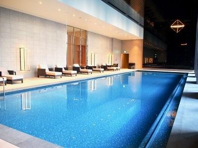 「コンラッド・スパ&フィットネスクラブ」の会員のみが利用できる長さ20メートルのプール。日没後は夜空に浮かんでいるような気分を体験できる