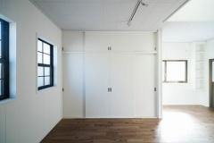 左がリノベ前、右がリノベ後(以下同)。天井と壁は塗装し、床はフローリングを張り替えた。窓は既存のままで収納扉は塗装した。収納から出ていた梁のようなものを撤去し、天窓はそのまま採用している