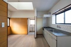 台所は新たにシステムキッチンにし、天井は塗装して壁面はタイル張り、床はフローリングに張り替えた
