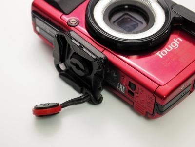 カメラの三脚穴に付属のアタッチメントを装着する