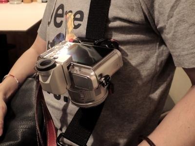 ショルダーバッグのストラップに付けたCaptureにカメラを装着