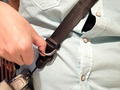 バックル部分のリングに指を入れて引っ張るだけで、ストラップの長さが調整できる