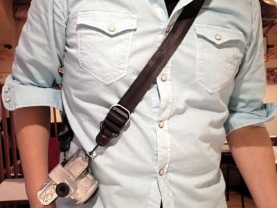 長さをスムーズに変えられるから、たすき掛けも肩掛けにも首かけにも好きなフォームでカメラを掛けられる