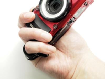 このように指を通してカメラを構えると、取り落としても安心