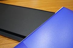 ディスプレイボードの天面には、右の青いファイル(同社製品)の表紙と同じ素材の黒色バージョンが貼ってある