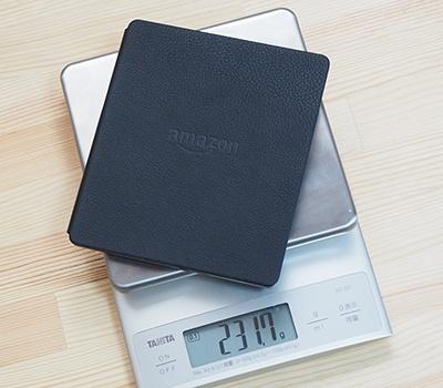 バッテリー内蔵カバー込みの実測重量は231.7g。手が疲れるほどの重量ではないが、より快適にホールドするため毎回カバーをはずして利用している