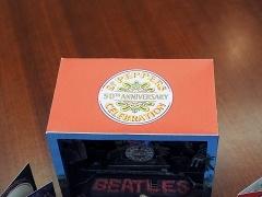 これが『サージェント・ペパーズ』立版古50周年エディション。上面には50周年記念のマークが貼られている