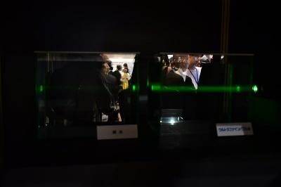 純水(左)とウルトラファインバブルが溶け込んだ水(右)の比較。目には見えないが、レーザー光を当てると細かい泡がたくさん溶け込んでいるのが分かる