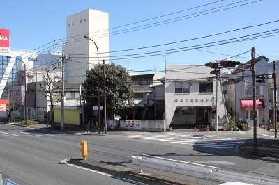 リノベーション前は720平米の土地に築40年以上の老朽化した倉庫や個人住宅、オフィスなど7軒が連なっていた