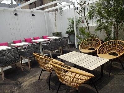 中央のオープンエアのガーデンテラスにはオブジェ型の噴水と椅子、テーブル、ソファなどが置かれている。ガーデンテラスでは、手ぶらでバーベキューも楽しめる(前菜、肉、野菜、デザートに90分飲み放題がついた「BBQ PLAN 」は1人税込み5000円)