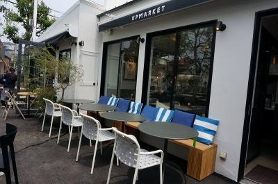 施設内の両側、2棟に分かれているピッツェリア&カフェ「アップマーケット ピッツァ&カフェ」。全195席(店内115席 / テラス80席)。営業時間は月~土が11~14時半(ラスト・オーダー、以下同)、17時半~22時、カフェタイムが11時~22時半。日曜・祝日は11~14時半、17時半~21時、カフェタイムが11~21時半。無休