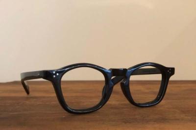 CONVEXで販売している「gue' pard(ギュパール)/ gp-05/noir」(税込み2万5000円)。曲面と平面を重ねたデザインは立体的に映るよう工夫されている