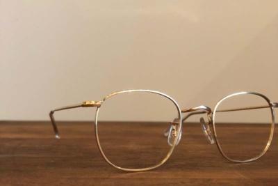 ビジネスパーソンにはビンテージ眼鏡のひとつ「HILTON CLASSIC(ヒルトン クラッシック)/ QUADRA/ GOLD」(7万円)がお薦めだという。14Kを何層にも巻きつけたロールドゴールドという製法で作られている