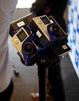 撮影に使われている、GoProを7台組み合わせて作った独自の360度撮影カメラ。持ってみるとコンパクトで軽い。これをスタンドに固定して撮影している。音声はマイクを別に立てて録音している