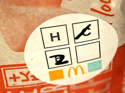出来上がったハンバーガーには普段見慣れないシールが貼られていた。この、B、H、Cと書かれているところに数を書き込んで、オーダーを確認するオペレーションになっているようだ
