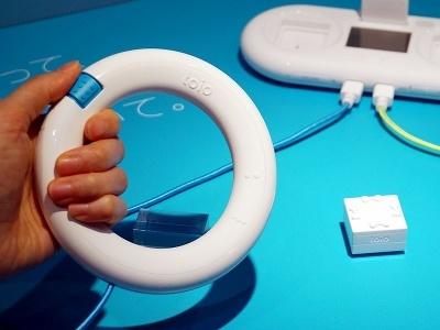 リング型のコントローラーには、上下左右に動くジョグと操作ボタンを搭載。加速度センサーを内蔵し、振ってキューブを操作することもできる
