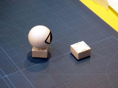 絶対位置センサーの詳細は明かされなかったが、大まかな仕組みとしては、マットや紙に施された特殊印刷をキューブに搭載する光学センサーで読み取って位置や向きを把握しているとのこと。そのため、通常のテーブルなどでは認識できない