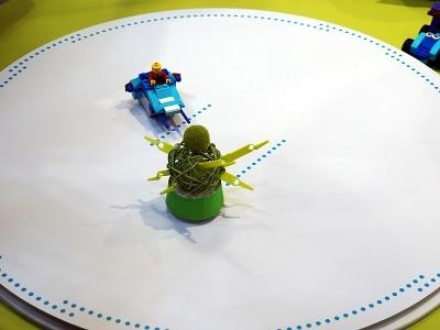 リング型コントローラーを使えば、ロボコンのようなロボット相撲も楽しめる。しかも、操作ボタンで回転攻撃や突きのような短距離の前進移動もできるほか、キューブに内蔵される加速度センサーによって倒れると自動的に勝敗を判定するなど、かなり本格的に遊べる