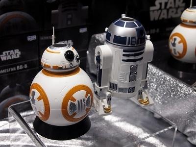 「HOMESTEAD BB-8」「HOMESTAR R2-D2」(各6980円、7月発売予定)も展示されていた。この2つを同時に投影することで「ブルーマップ」が完成する。また、キャラクターやメカの投影も可能だ